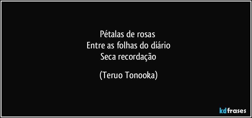 Pétalas De Rosas Entre As Folhas Do Diário Seca Recordação